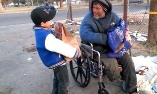 6χρονος «θυσίασε» το χριστουγεννιάτικο δώρο του για να βοηθήσει έναν άστεγο (βίντεο)