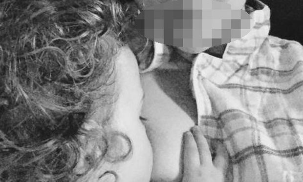 Τι και αν η κόρη της είναι 16 μηνών... η διάσημη μαμά τη θηλάζει ακόμη! (εικόνα)