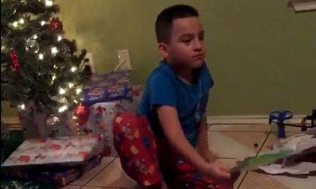 Δείτε την έξαλλη αντίδραση ενός πιτσιρικά όταν διαπιστώνει ότι του πήραν λάθος δώρο (βίντεο)