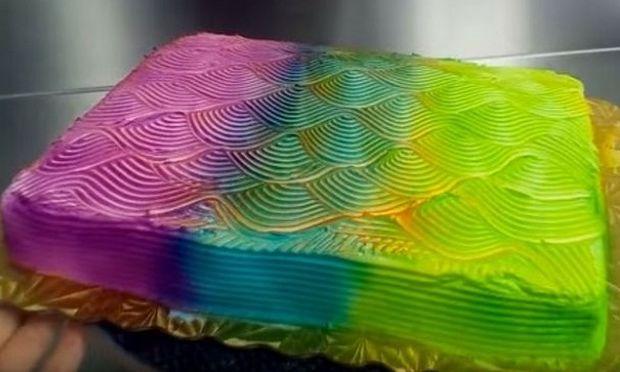 Δείτε μία απίστευτη τούρτα: Αλλάζει χρώματα όπως ο χαμαιλέων (βίντεο)