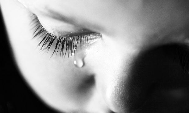 Δεν το χωράει ο νους: Πατέρας έκατσε πάνω στο παιδί του και το «έσκασε»