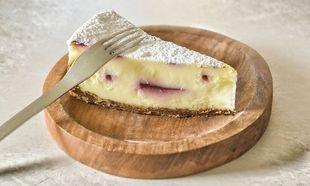 Cheesecake φούρνου με γιαούρτι, λευκή σοκολάτα και βύσσινο από τον Γιώργο Γεράρδο