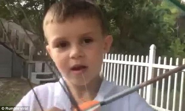 Δεν φαντάζεστε με ποιο τρόπο βγάζει το δόντι του το 7χρονο αγόρι (βίντεο)