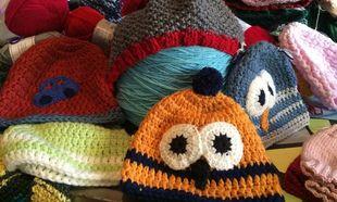 Ομάδα γυναικών στο facebook πλέκει σκουφάκια και γάντια για τα προσφυγόπουλα