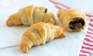 Νόστιμα κρουασάν σοκολάτας με δύο υλικά! (εικόνες βήμα-βήμα)