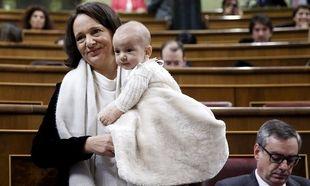 Δείτε Ισπανίδα βουλευτή να θηλάζει το μωρό της στη Βουλή