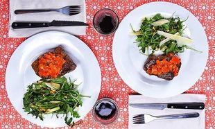 Δείπνο για δύο: Ζουμερό φιλέτο με σάλτσα και σαλάτα με κουκουνάρι