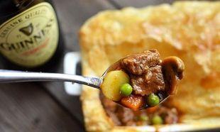 Κοκκινιστό μοσχαράκι με πατάτες και λαχανικά, σκεπασμένο με σφολιάτα! (εικόνες βήμα-βήμα)
