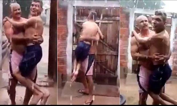 Δείτε το βίντεο που θα σας κάνει να δακρύσετε:Πατέρας κρατάει αγκαλιά τον ανάπηρο γιο του για να νοιώσει τη βροχή (βίντεο)