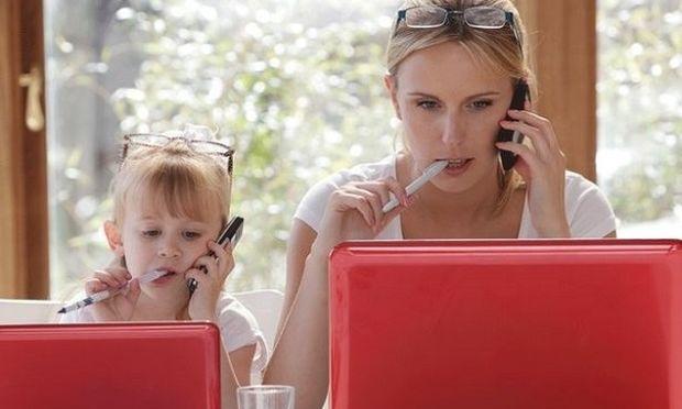 Πέντε μύθοι για τις μητέρες που εργάζονται από το σπίτι