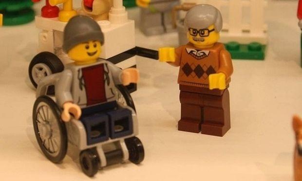 Είναι γεγονός: H Lego θα κυκλοφορήσει φιγούρα σε αναπηρικό καροτσάκι (βίντεο)