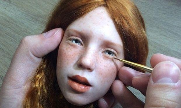Ρώσος καλλιτέχνης δημιουργεί τόσο ρεαλιστικές κούκλες που προκαλούν ανατριχίλα (βίντεο)