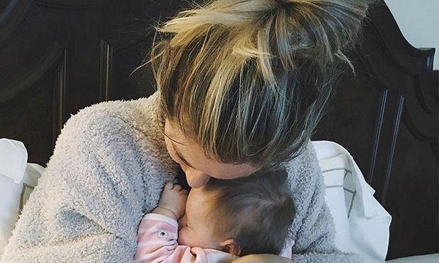 Γνωστή παρουσιάστρια αγκαλιάζει την κόρη της για πρώτη φορά μετά το αυτοκινητιστικό ατύχημα