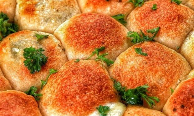 Αφράτες μπάλες ψωμιού με μοτσαρέλα και πέστο βασιλικού (βίντεο)