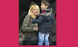 Φαίη Σκορδά: Bόλτα στο Κολωνάκι με τον μεγάλο της γιο (φωτό)