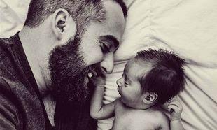 Δείτε με ποιο τρόπο αυτός ο μπαμπάς νανουρίζει το γιο του (βίντεο)