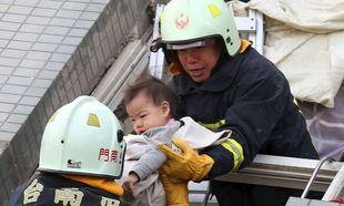 Δραματική διάσωση μωρού από τα συντρίμμια κτιρίου στην Ταιβάν