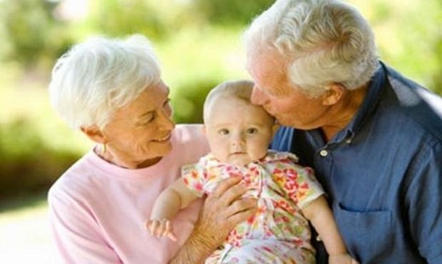 Οι παππούδες και οι γιαγιάδες θέλουν να πληρώνονται για τη φροντίδα των εγγονιών τους!