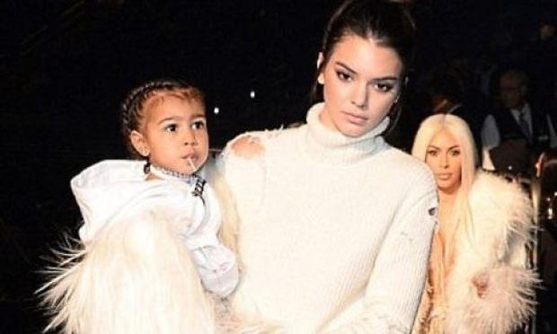 Η μικρή North «έκλεψε» την παράσταση στο show του Kanye West