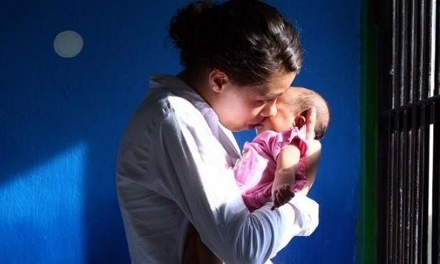 «Κανένα μωρό σε κελί»- Ξεκινά καμπάνια για την κατάργηση της κράτησης των κηδεμόνων βρεφών και νηπίων
