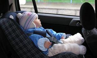 Δείτε γιατί δεν πρέπει να φορά μπουφάν το παιδί όταν κάθεται στο κάθισμα του αυτοκινήτου (βίντεο)