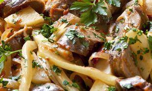 Λουκάνικα με πατάτες και μαραθόριζα