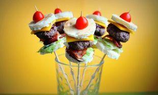 Συνταγή για πάρτι: Mini σουβλιστά burger για μικρούς και μεγάλους!