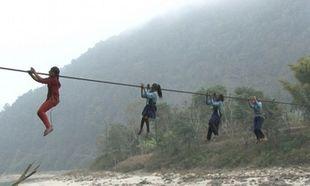 Δείτε τι πρέπει να διασχίσουν τα παιδιά από το Νεπάλ για να πάνε σχολείο (φωτό)
