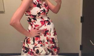 Με την κοιλίτσα φουσκωμένη ποζάρει δείχνοντάς μας το αγαπημένο της φόρεμα!