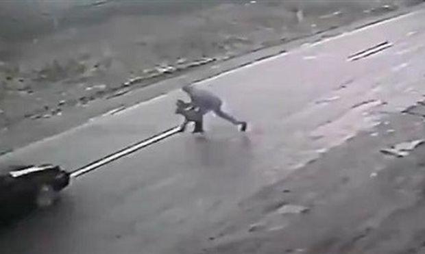 Συγκλονιστικό: Πατέρας έσωσε το παιδί του από βέβαιο θάνατο (βίντεο)