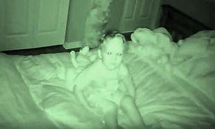 Είπε στους γονείς του ότι κάποιος του μιλάει τα βράδια & η μαμά του ανακάλυψε κάτι τρομακτικό (vid)