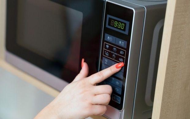 Γρήγορη απόψυξη: Στο νερό ή στο φούρνο μικροκυμάτων; Τι είναι πιο ασφαλές