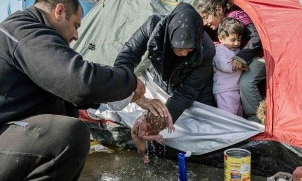 Η φωτογραφία που καθηλώνει: Πρόσφυγας γέννησε μόνη της στην Ειδομένη