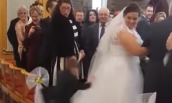 Άφωνη η νύφη: Αγοράκι παίρνει φόρα και πηδά πάνω στο νυφικό (βίντεο)