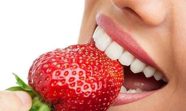 Ποια φρούτα και λαχανικά μπορούν να μας χαρίσουν αστραφτερό χαμόγελο