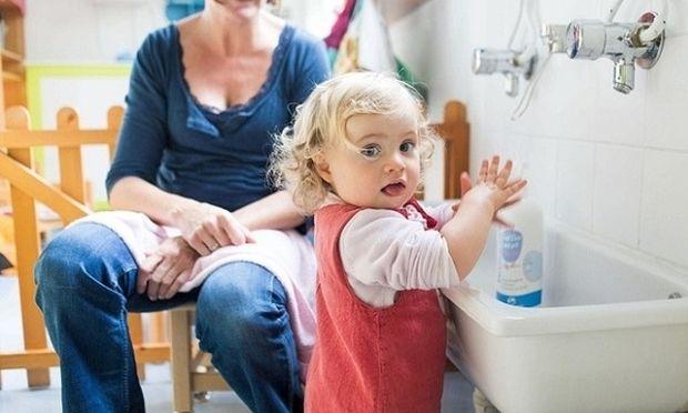 Πρέπει τα παιδιά να πλένουν τα χέρια τους με ζεστό νερό για τα μικρόβια;