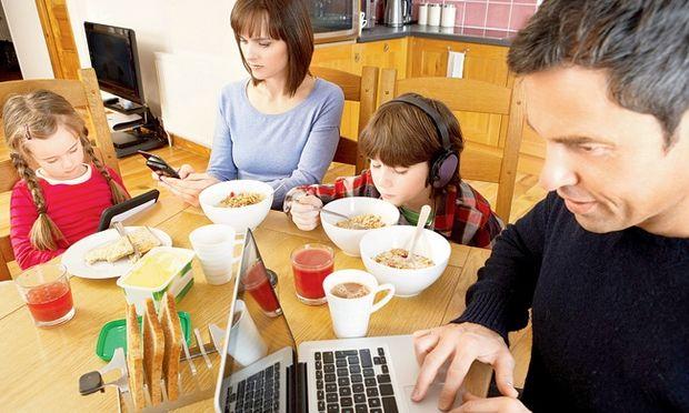 10 κακά παραδείγματα που δίνουμε στα παιδιά μας