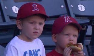 Τρελό γέλιο! Δείτε τι έκανε ο πιτσιρικάς μόλις έπεσε το λουκάνικο από το hot dog! (βίντεο)