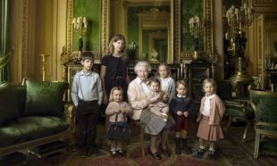 H βασίλισσα Ελισάβετ έγινε 90 ετών και φωτογραφήθηκε με τα εγγόνια και τα δισέγγονά της!