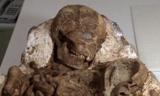 Μητέρα κρατά βρέφος στην αγκαλιά της εδώ και ...4.800 χρόνια!