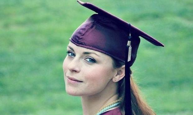 Αποφοίτησε και φωτογραφήθηκε κρατώντας όχι το πτυχίο της αλλά...( φωτό)
