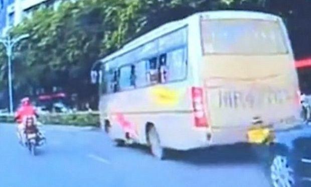 Σοκαριστικό:Μωρό πέφτει από παράθυρο λεωφορείου! (βίντεο)