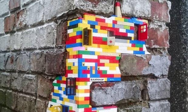 Επιδιορθώνει τοίχους που καταρρέουν.Όχι όμως με τούβλα αλλά με Lego!