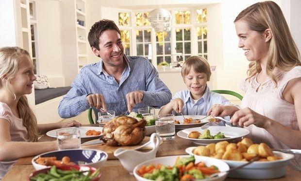 Οι Ελληνες επιλέγουν να τρώνε σπιτικό φαγητό με την οικογένειά τους-Τι δείχνουν τα στοιχεία