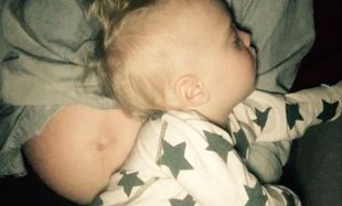 Ποζάροντας με το μωρό της μας δείχνει τη φουσκωμένη της κοιλίτσα!