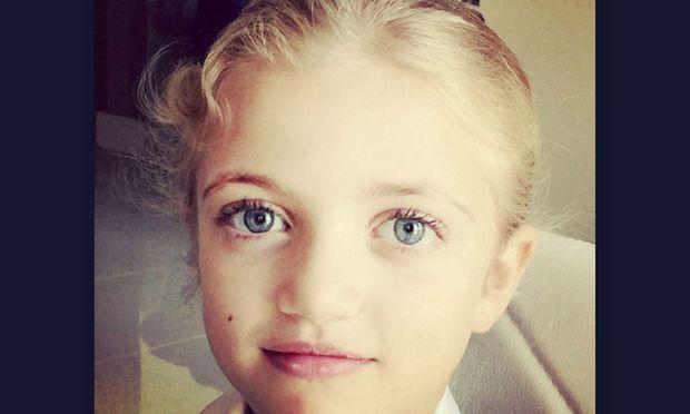 Η πανέμορφη μικρούλα είναι κόρη γνωστού τραγουδιστή. Την αναγνωρίζετε;