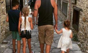 Στα Λεύκαρα της Κύπρου, απολαμβάνει τις διακοπές με τα παιδιά του!