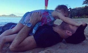 Πρωινά παιχνίδια στην άμμο με τον μπαμπά της! (εικόνα)