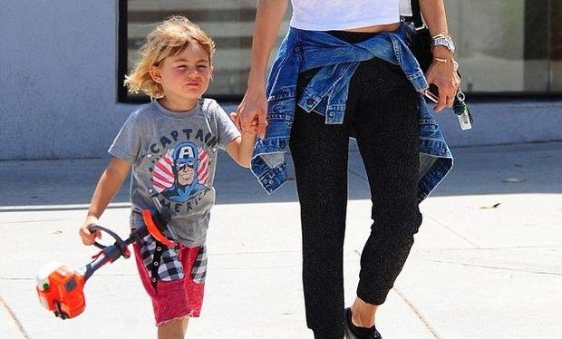 Βόλτα με τον 3χρονο γιο της απόλαυσε το διάσημο μοντέλο (φωτό)