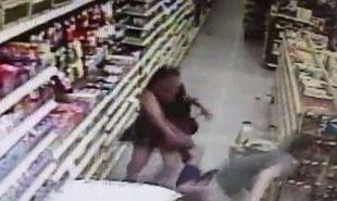Επιχείρησε να απαγάγει 13χρονη σε σουπερμάρκετ-Την έσωσε η μαμά της! (βίντεο)